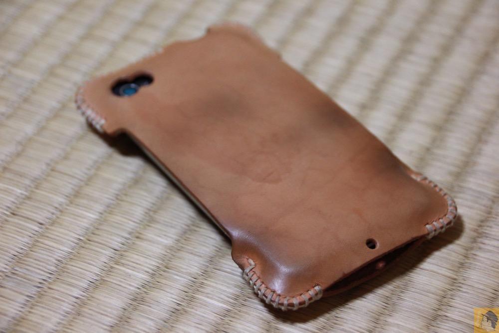 エイジングしている背面 - 初めての革でメンテナンスをよくしたabicase(アビケース)/ abicase cawa シンプルジャケット ヌメ革 / iPhone 4S