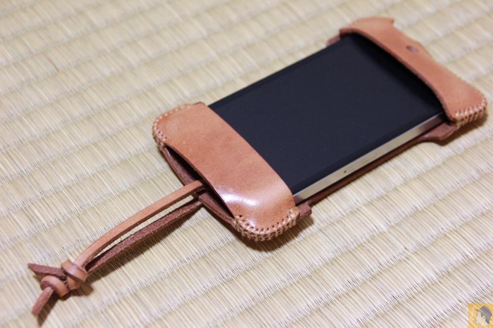 iPhone4Sに装着したabicase - abicase(アビケース) cawa  シンプルジャケット 栃木レザー 飴色 / iPhone 4S / エイジングしたかのようなabicase