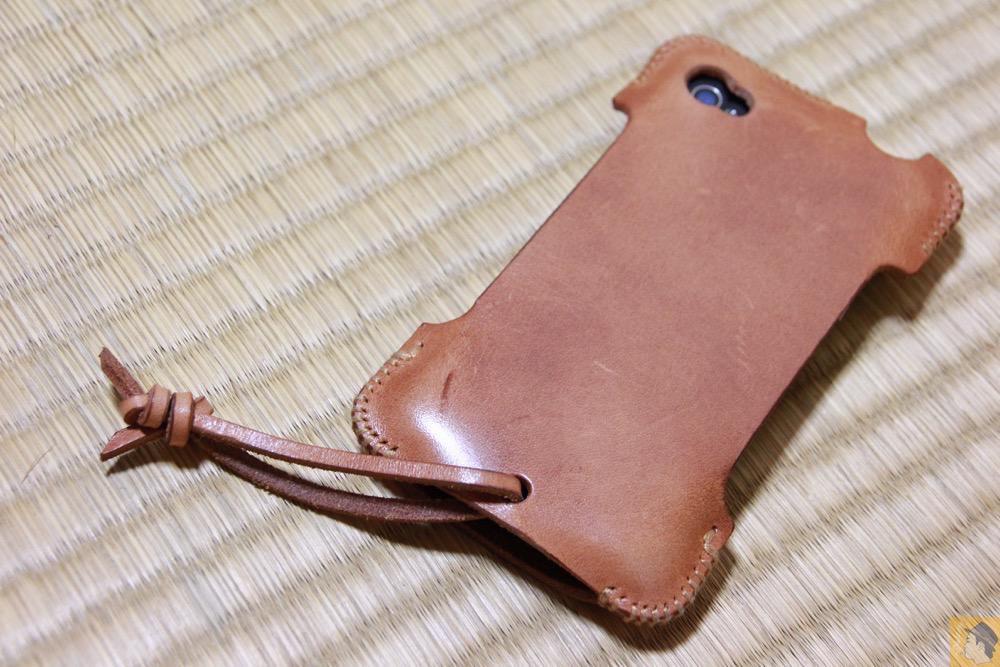 背面が美しいabicase - エイジングしたかのような色のabicase(アビケース)/ abicase cawa シンプルジャケット 栃木レザー 飴色 / iPhone 4S