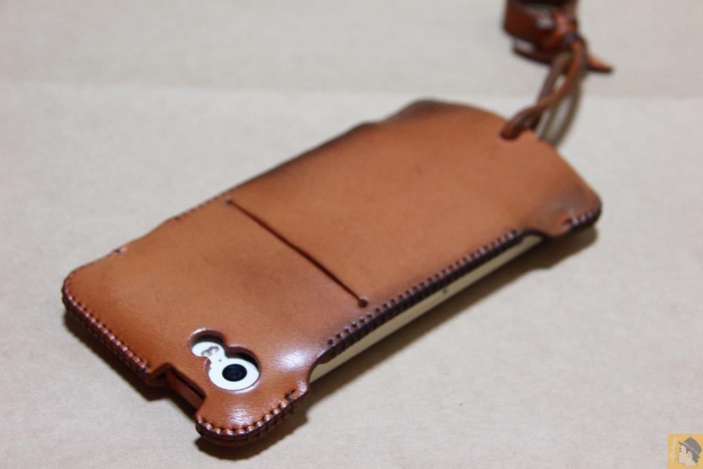 iPhone装着背面 - 現在のフラップ部分の原型になったabicase(アビケース)/ abicase cawa ウォレットジャケット 栃木レザー 飴色 / iPhone 5/5s