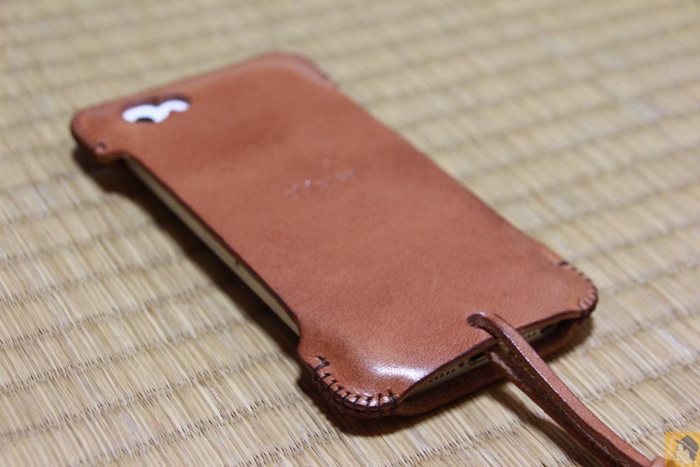 iPhoneに装着したabicase - abicase(アビケース) cawa 栃木レザー 飴色 / iPhone 5/5s / ウォレットジャケットだらけの中シンプルなabicase