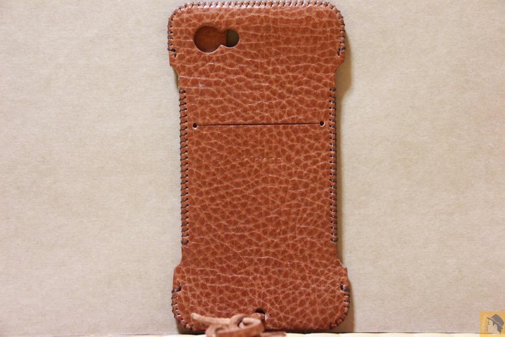 背面 - 表面が特徴的な柄したabicase(アビケース)/ abicase cawa ウォレットジャケット 栃木レザー オイルバケッタブラウン / iPhone 5/5s