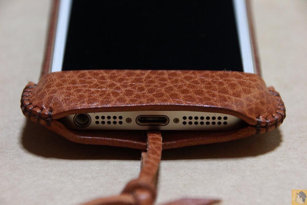 下部フラップ - 表面が特徴的な柄したabicase(アビケース)/ abicase cawa ウォレットジャケット 栃木レザー オイルバケッタブラウン / iPhone 5/5s