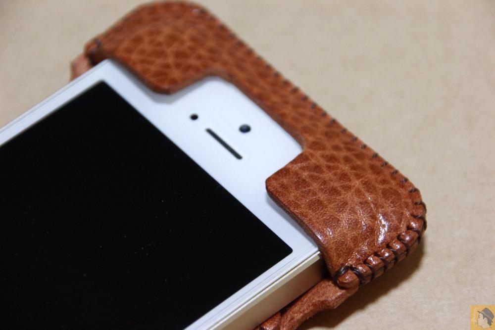 上部フラップ - 表面が特徴的な柄したabicase(アビケース)/ abicase cawa ウォレットジャケット 栃木レザー オイルバケッタブラウン / iPhone 5/5s