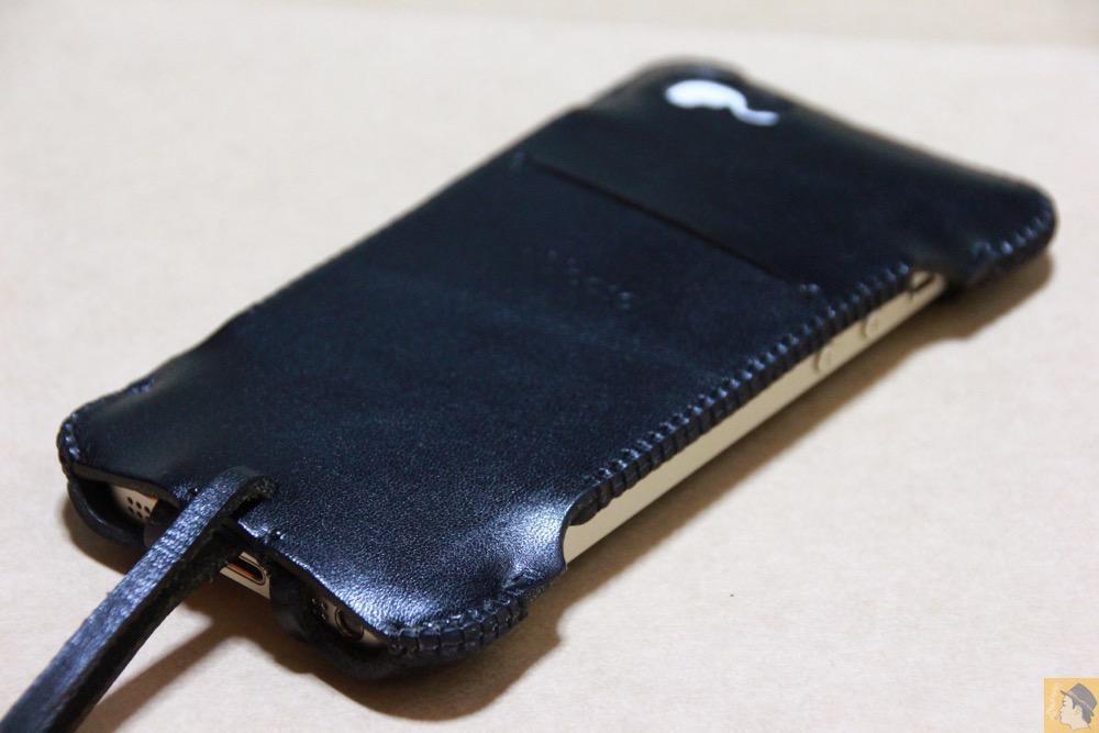 iPhoneに装着した背面 - 指紋認証に初めて対応したabicase(アビケース)/ abicase cawa ウォレットジャケット 栃木レザー ブラック  / iPhone 5/5s