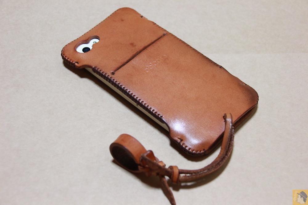 iPhoneに装着した背面 - シミを作ってしまいアタフタしたabicase(アビケース)/ abicase cawa ウォレットジャケット 栃木レザー 飴色 / iPhone 5/5s
