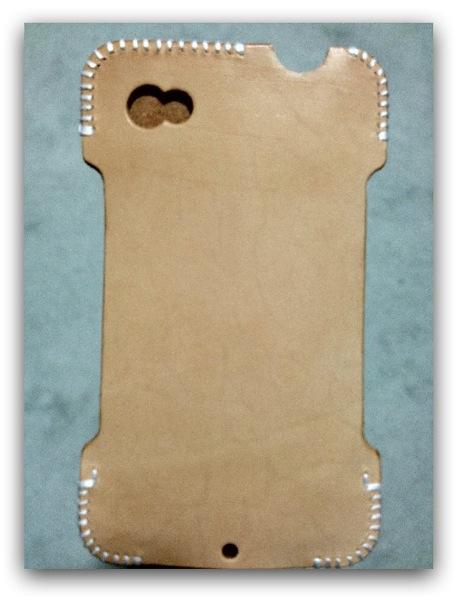 購入時のヌメ革の表面の色 - 革ラインナップ初のabicase(アビケース) / ヌメ革のエイジング(経年変化)が面白い / iPhone 4S [レビュー 3/40]