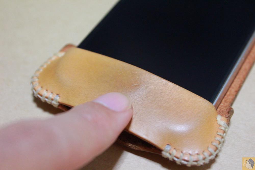 ホームボタンの箇所 - 革ラインナップ初のabicase(アビケース) / ヌメ革のエイジング(経年変化)が面白い / iPhone 4S [レビュー 3/40]