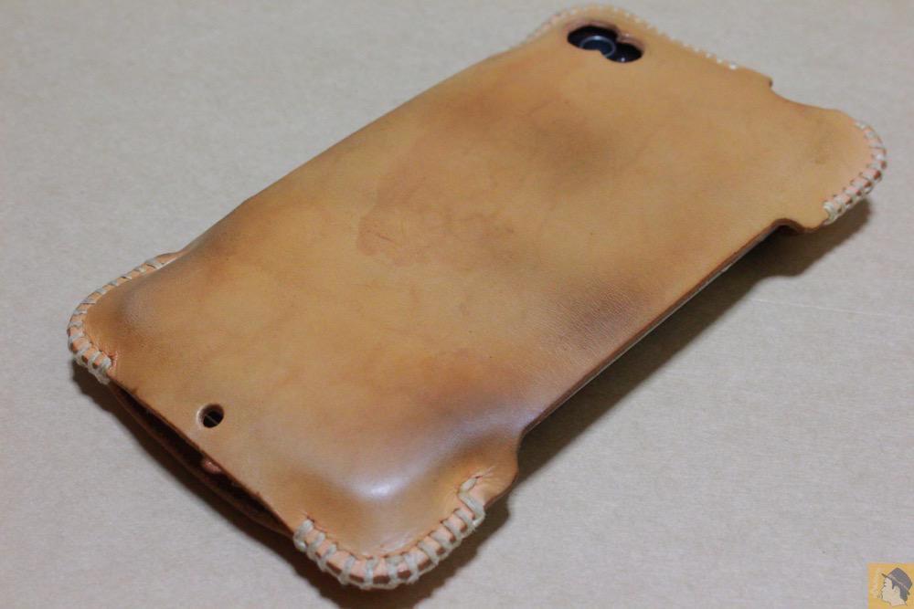 エイジングしたヌメ革の表面 - 革ラインナップ初のabicase(アビケース) / ヌメ革のエイジング(経年変化)が面白い / iPhone 4S [レビュー 3/40]