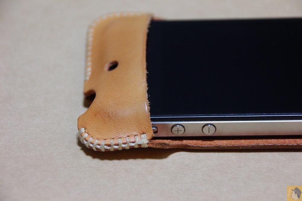 音量調整ボタン - 革ラインナップ初のabicase(アビケース) / ヌメ革のエイジング(経年変化)が面白い / iPhone 4S [レビュー 3/40]