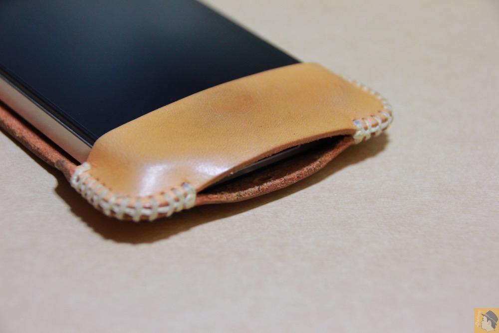 充電ケーブルを挿すところ - 革ラインナップ初のabicase(アビケース) / ヌメ革のエイジング(経年変化)が面白い / iPhone 4S [レビュー 3/40]