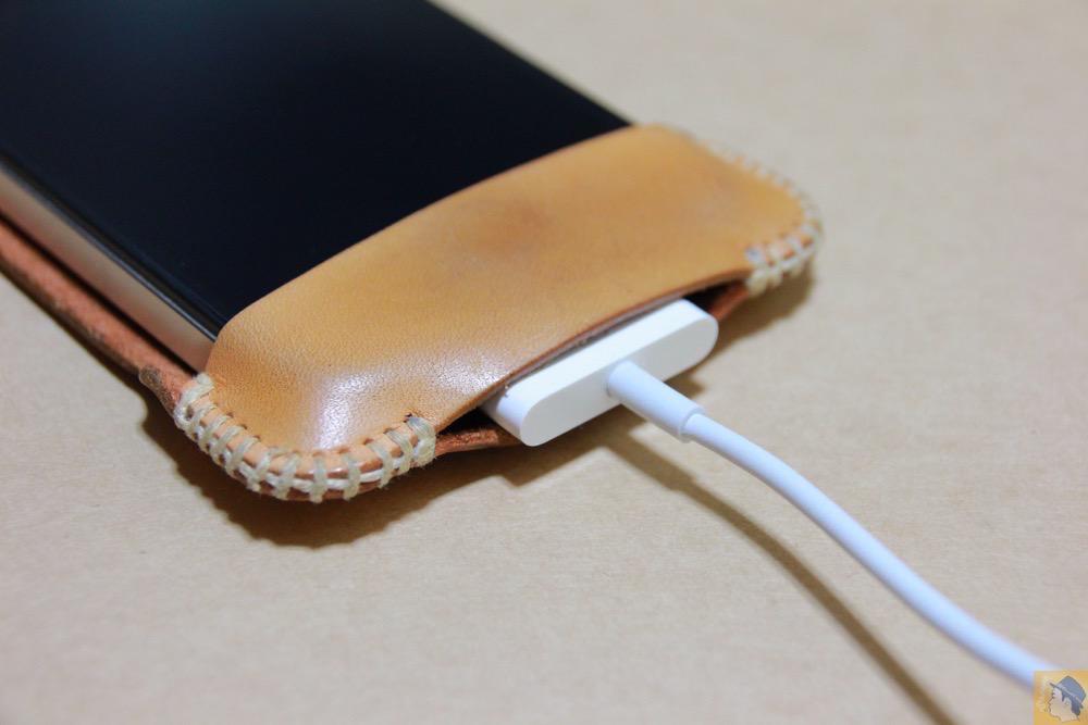実際に充電ケーブルを挿す - 革ラインナップ初のabicase(アビケース) / ヌメ革のエイジング(経年変化)が面白い / iPhone 4S [レビュー 3/40]