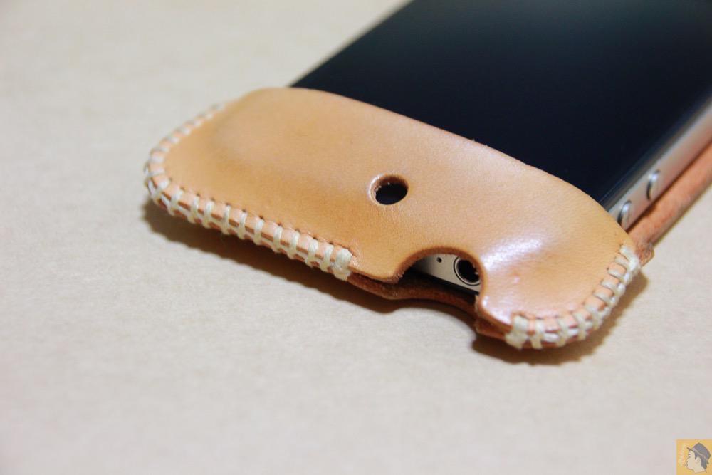 イヤフォンジャックを挿すところ - 革ラインナップ初のabicase(アビケース) / ヌメ革のエイジング(経年変化)が面白い / iPhone 4S [レビュー 3/40]
