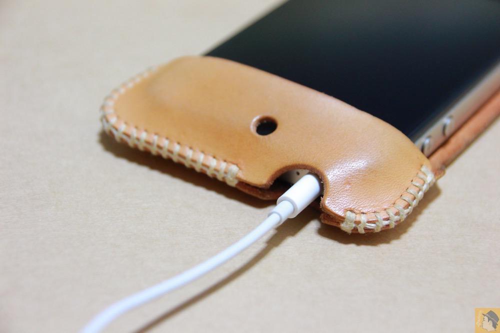 実際にイヤフォンジャックを挿した - 革ラインナップ初のabicase(アビケース) / ヌメ革のエイジング(経年変化)が面白い / iPhone 4S [レビュー 3/40]