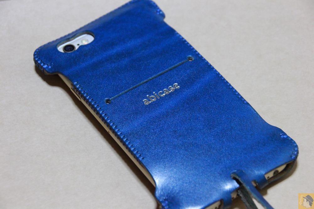 iPhoneに装着した背面 - 虎模様が綺麗なabicase(アビケース)/ abicase cawa ウォレットジャケット ルガトレザー ブルー / iPhone 6/6s