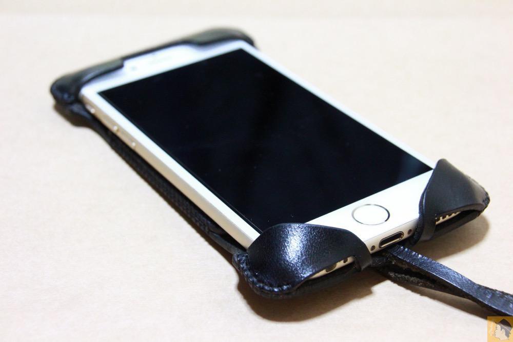 iPhoneに装着した表面 - ドット柄が分かる人には分かるabicase(アビケース)/ abicase cawa ウォレットジャケット 栃木レザー ブラック / iPhone 6/6s