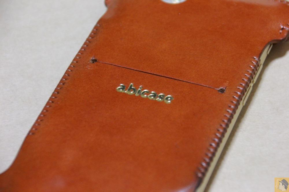 背面の刻印 - シンプルにしようと決めシンプルにしたabicase(アビケース)/ abicase cawa ウォレットジャケット 栃木レザー キャメル / iPhone 6/6s