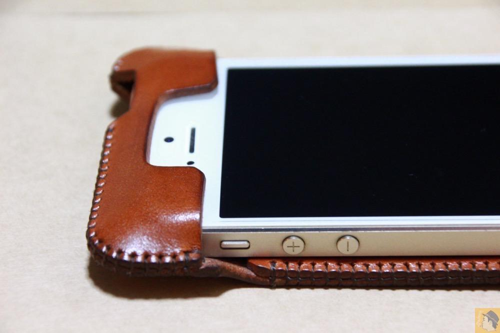 フラップ上部 - 猫印付き綺麗なキャメル色のabicase(アビケース)/ abicase cawa ウォレットジャケット 栃木レザー キャメル  / iPhone 5/5s