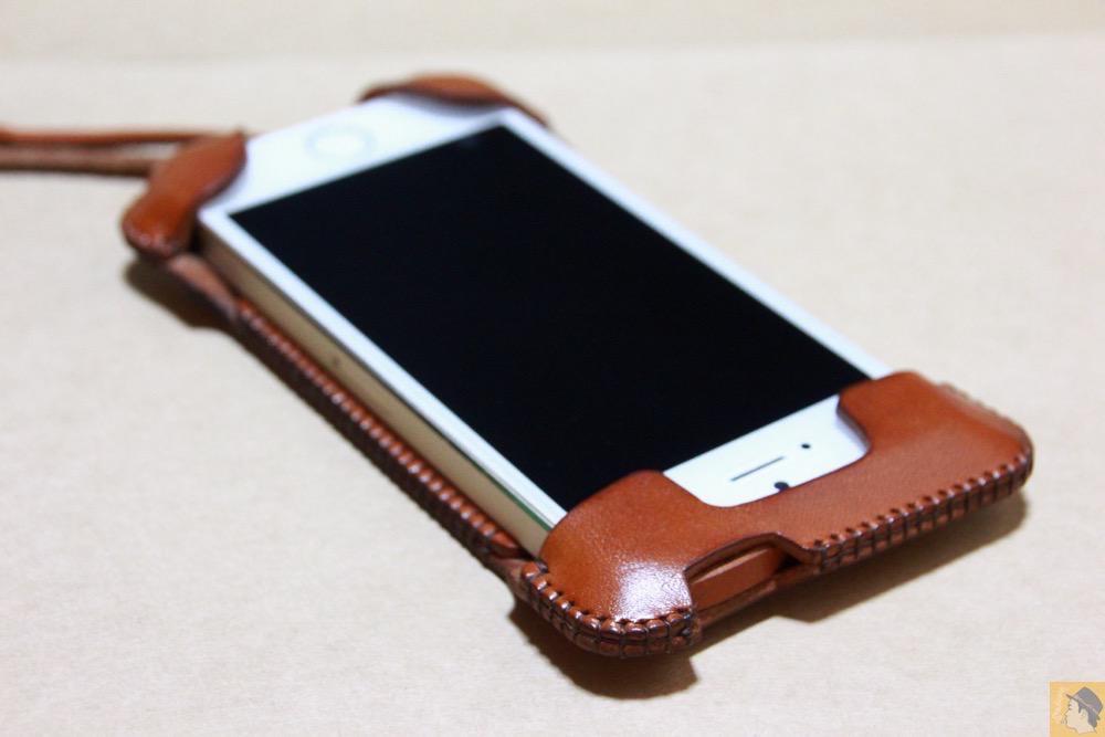 iPhoneに装着した表面 - 猫印付き綺麗なキャメル色のabicase(アビケース)/ abicase cawa ウォレットジャケット 栃木レザー キャメル  / iPhone 5/5s