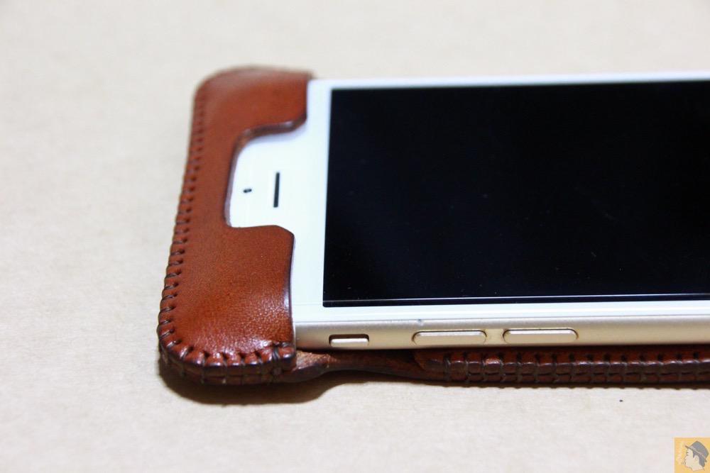 フラップ上部 - 背面のデザインで思いっきり遊んだabicase(アビケース)/ abicase cawa ウォレットジャケット 栃木レザー キャメル / iPhone 6/6s