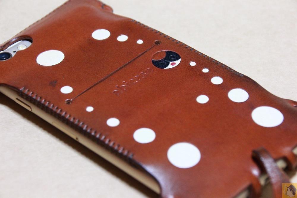 iPhoneに装着した背面 - 背面のデザインで思いっきり遊んだabicase(アビケース)/ abicase cawa ウォレットジャケット 栃木レザー キャメル / iPhone 6/6s