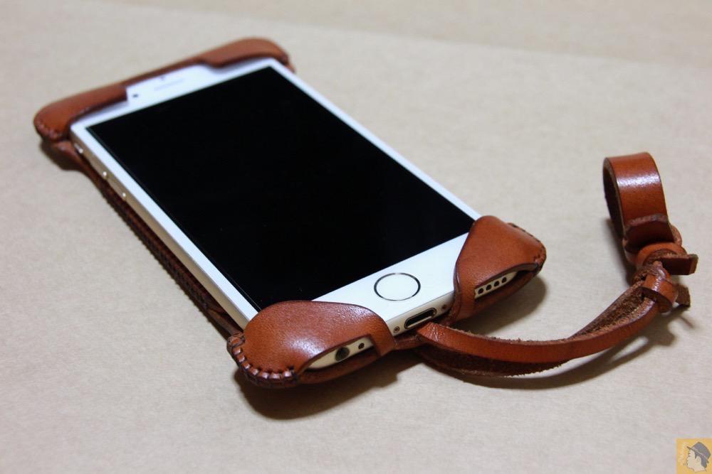 iPhoneに装着した表面 - 初リンゴドット柄のabicase(アビケース)/ abicase cawa ウォレットジャケット 栃木レザー キャメル / iPhone 6/6s
