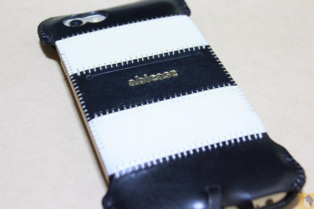 iPhoneに装着した背面 - 白と黒の組み合わせが気に入っているabicase(アビケース)/ abicase cawa ウォレットジャケット 栃木レザー 白黒ストライプ  / iPhone 6/6s