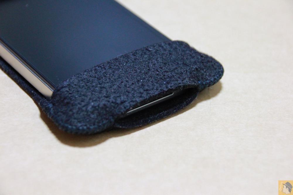 充電ケーブルを挿すところ - 初期abicase(アビケース)第2弾 / 薄いフェルトが裸で持っている感覚 / iPhone 4S [レビュー 2/40]