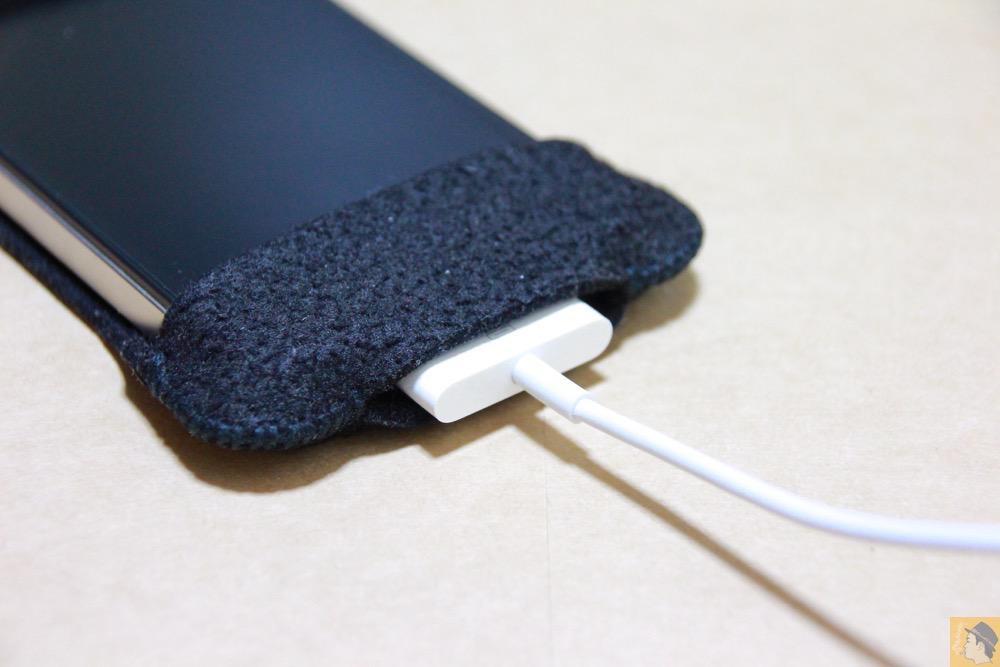 実際に充電ケーブルを挿したところ - 初期abicase(アビケース)第2弾 / 薄いフェルトが裸で持っている感覚 / iPhone 4S [レビュー 2/40]