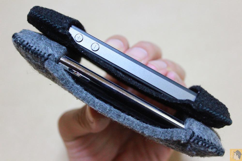 フェルト生地の薄さ - 初期abicase(アビケース)第2弾 / 薄いフェルトが裸で持っている感覚 / iPhone 4S [レビュー 2/40]