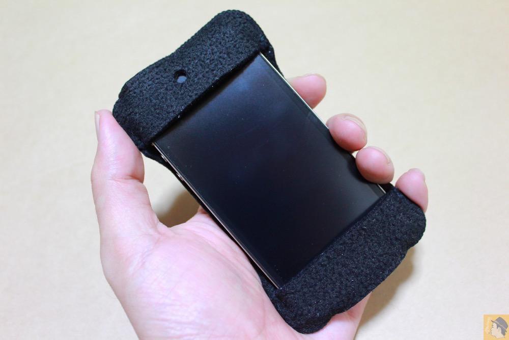 手で持ったところ - 初期abicase(アビケース)第2弾 / 薄いフェルトが裸で持っている感覚 / iPhone 4S [レビュー 2/40]