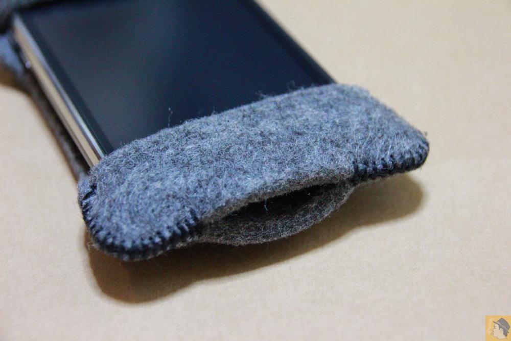 充電ケーブルを挿すところ - 初期abicase(アビケース)は革じゃなくフェルト / ホールド感は当時から健在 / iPhone 3GS [レビュー 1/40]
