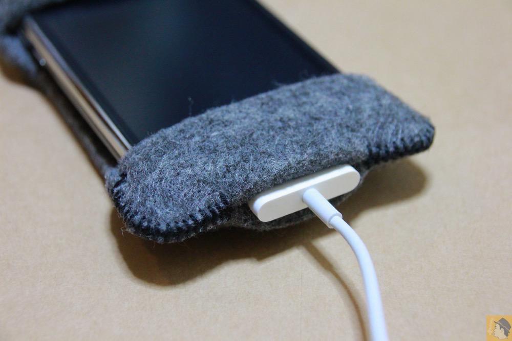 充電ケーブルを実際に挿した - 初期abicase(アビケース)は革じゃなくフェルト / ホールド感は当時から健在 / iPhone 3GS [レビュー 1/40]