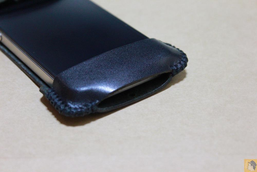 充電ケーブルを挿すところ - abicase(アビケース)のユーザ視点に立った工夫でホームボタンが押しやすくなる / iPhone 4S [レビュー 4/40]