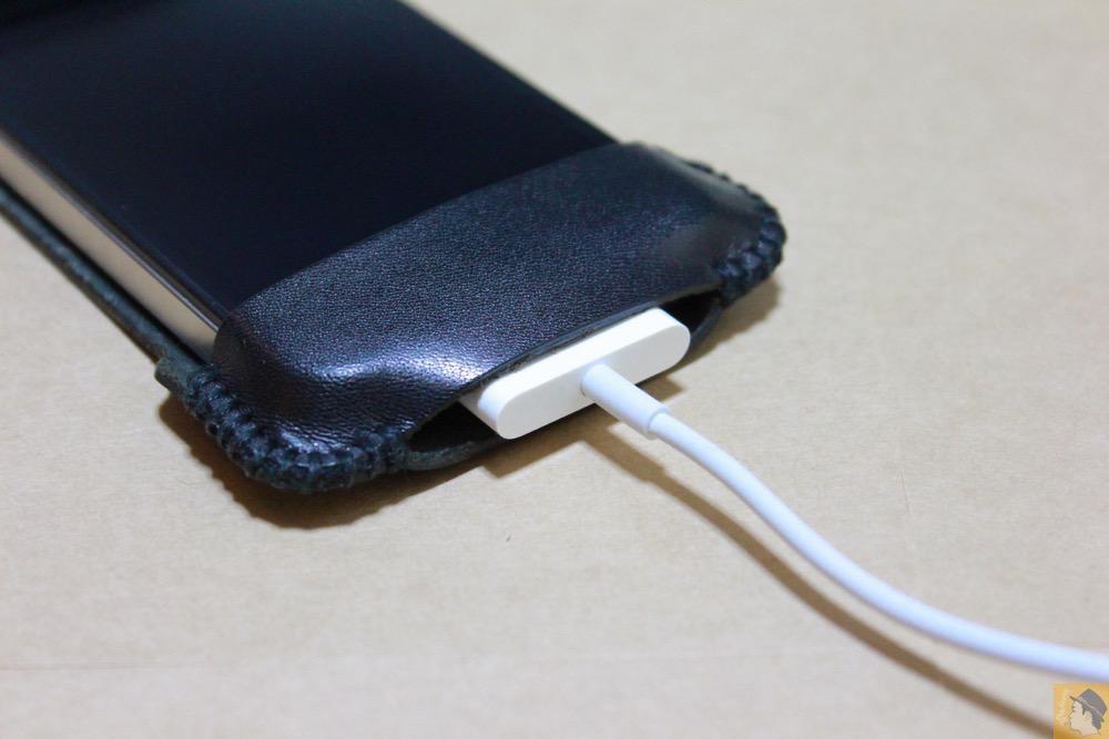 実際に充電ケーブルを挿した - abicase(アビケース)のユーザ視点に立った工夫でホームボタンが押しやすくなる / iPhone 4S [レビュー 4/40]