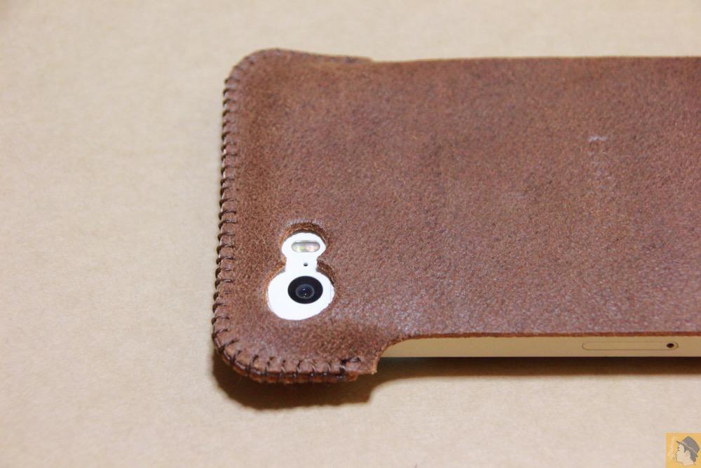 カメラ穴 - とても柔らかい革使ったabicase(アビケース)、ペラペラだけどiPhoneにぴったり装着できる / iPhone 5/5s [レビュー 16/40]