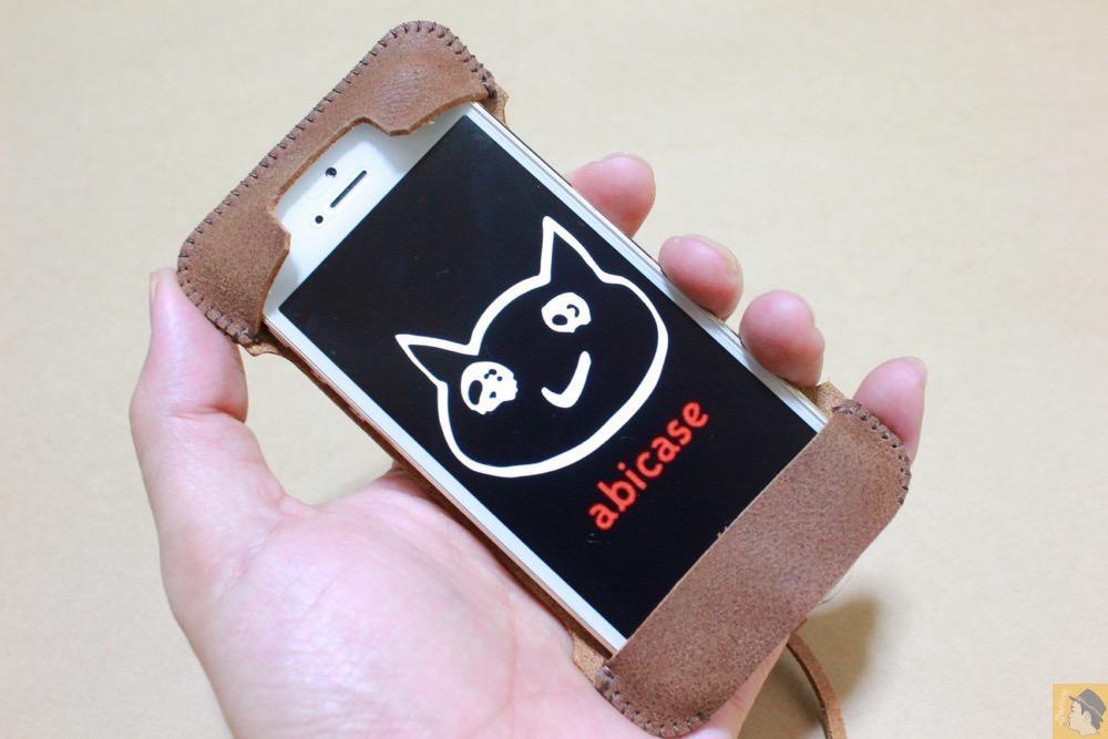 iPhoneをホールド - とても柔らかい革使ったabicase(アビケース)、ペラペラだけどiPhoneにぴったり装着できる / iPhone 5/5s [レビュー 16/40]
