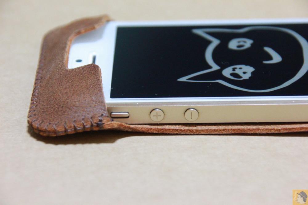 音量調整ボタン・マナーモードスイッチ - とても柔らかい革使ったabicase(アビケース)、ペラペラだけどiPhoneにぴったり装着できる / iPhone 5/5s [レビュー 16/40]