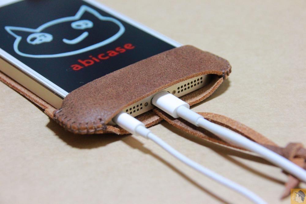 充電ケーブル・イヤフォン - とても柔らかい革使ったabicase(アビケース)、ペラペラだけどiPhoneにぴったり装着できる / iPhone 5/5s [レビュー 16/40]