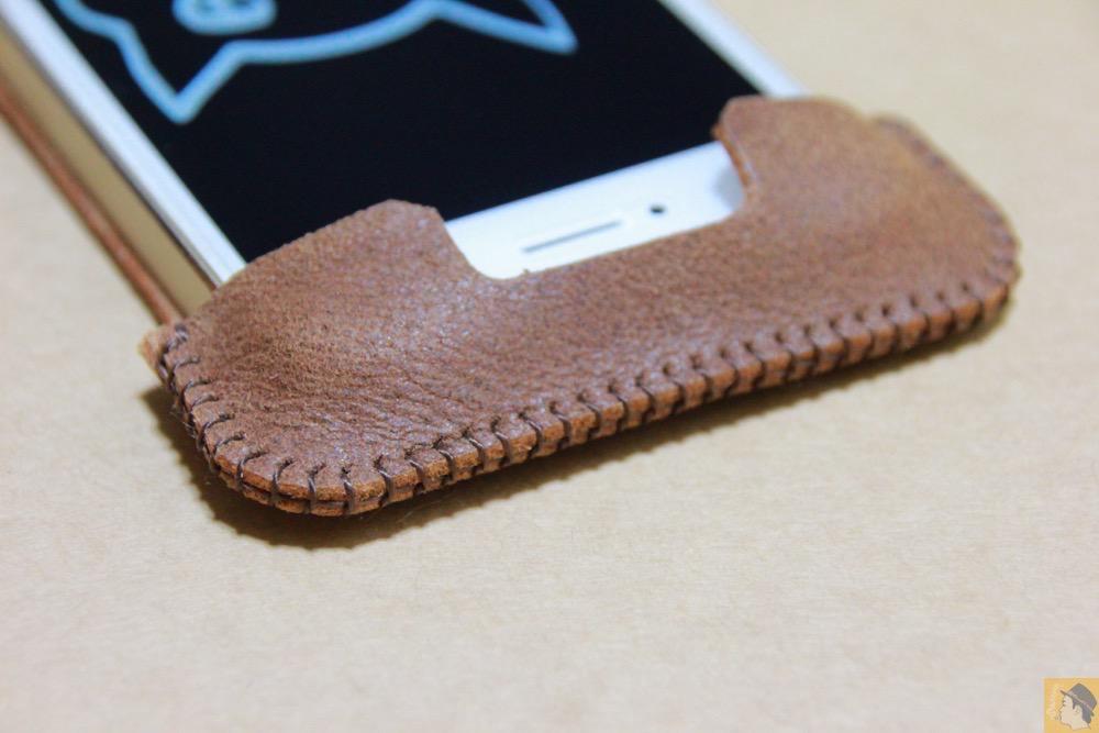 電源ボタン・ロックボタン - とても柔らかい革使ったabicase(アビケース)、ペラペラだけどiPhoneにぴったり装着できる / iPhone 5/5s [レビュー 16/40]