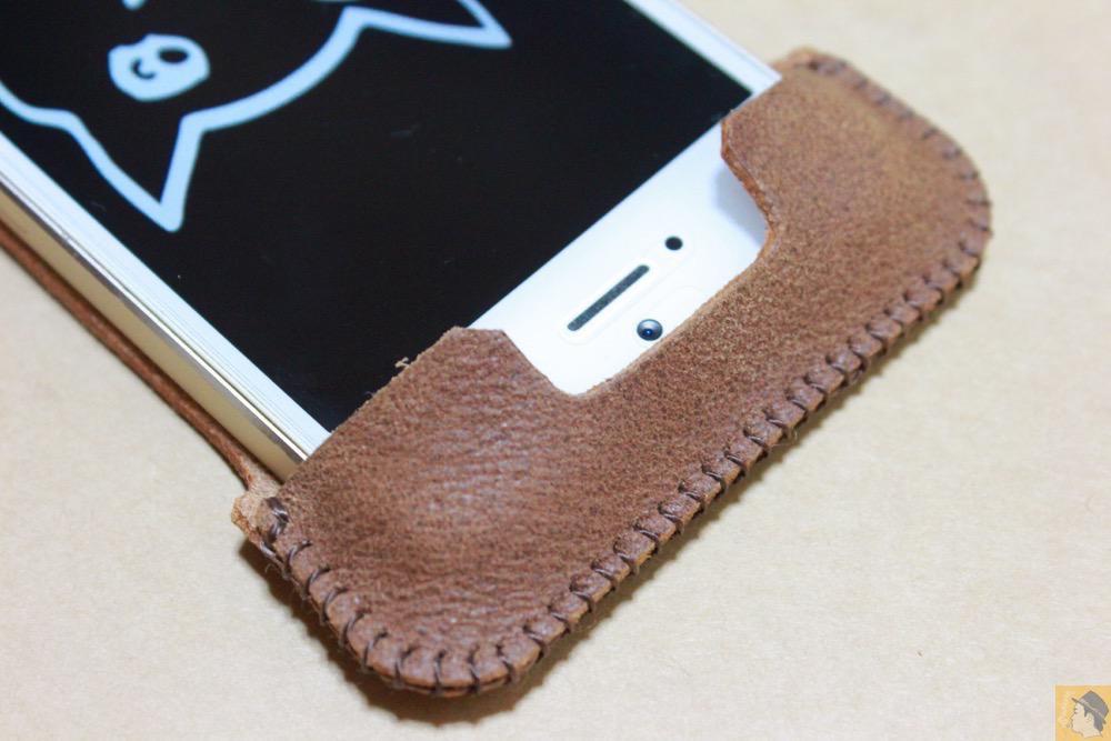 フラップ上部 - とても柔らかい革使ったabicase(アビケース)、ペラペラだけどiPhoneにぴったり装着できる / iPhone 5/5s [レビュー 16/40]