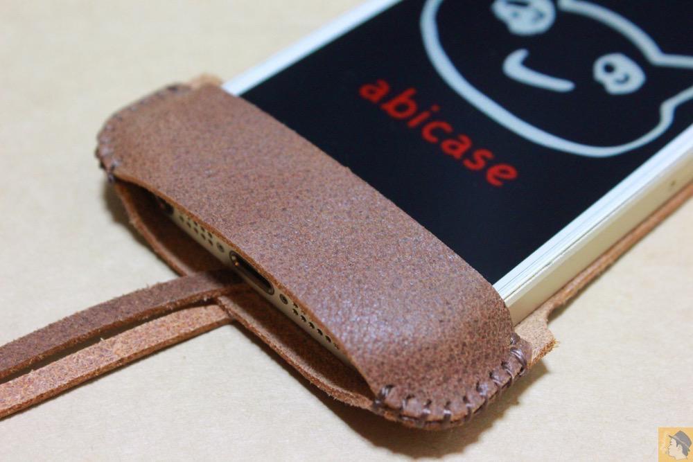 フラップ下部 - とても柔らかい革使ったabicase(アビケース)、ペラペラだけどiPhoneにぴったり装着できる / iPhone 5/5s [レビュー 16/40]