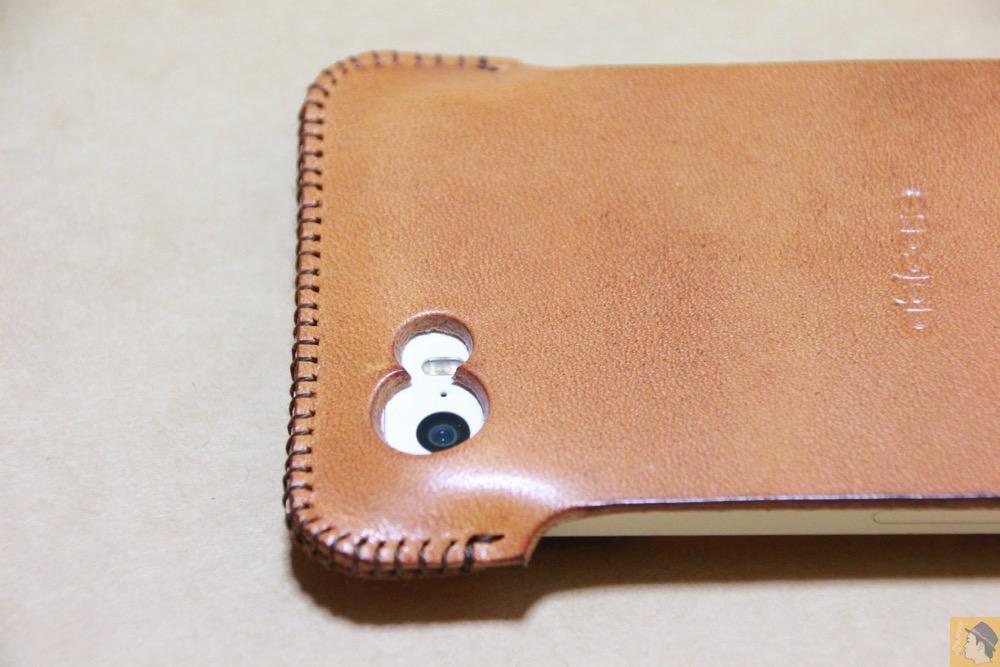 カメラ穴 - フラップ部分が改善されたabicase(アビケース)で装着しやすくなる / iPhone 5/5s [レビュー 9/40]