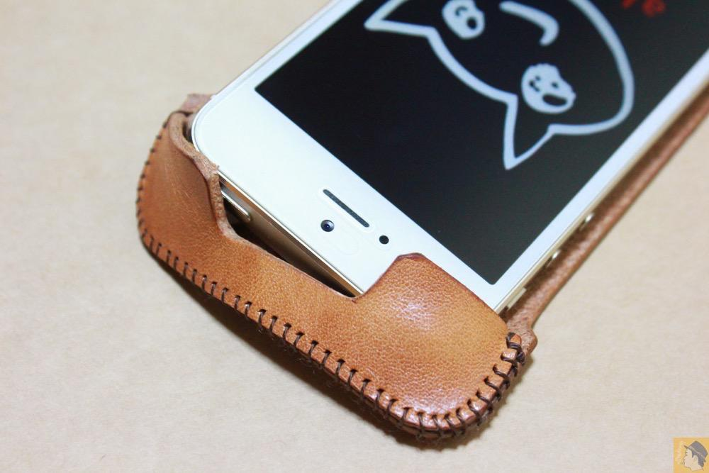 abicaseの装着方法4 - フラップ部分が改善されたabicase(アビケース)でiPhoneに装着しやすくなる / iPhone 5/5s [レビュー 9/40]