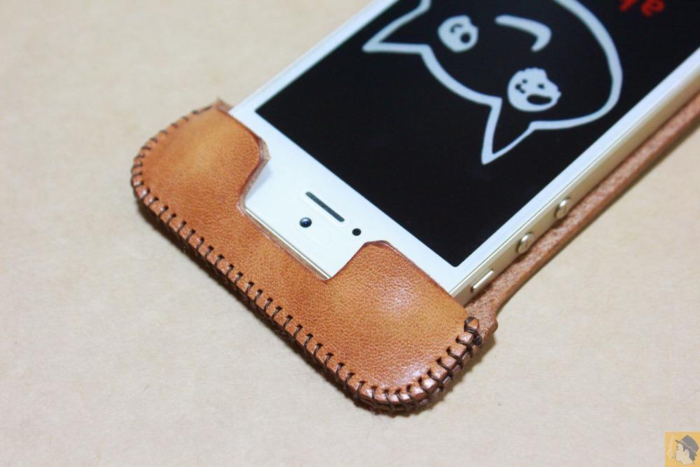 abicaseの装着方法5 - フラップ部分が改善されたabicase(アビケース)でiPhoneに装着しやすくなる / iPhone 5/5s [レビュー 9/40]