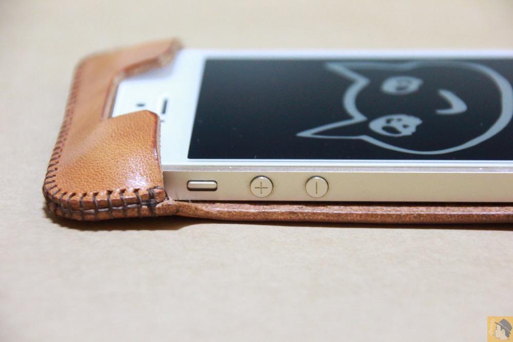 音量調整ボタン - フラップ部分が改善されたabicase(アビケース)で装着しやすくなる / iPhone 5/5s [レビュー 9/40]