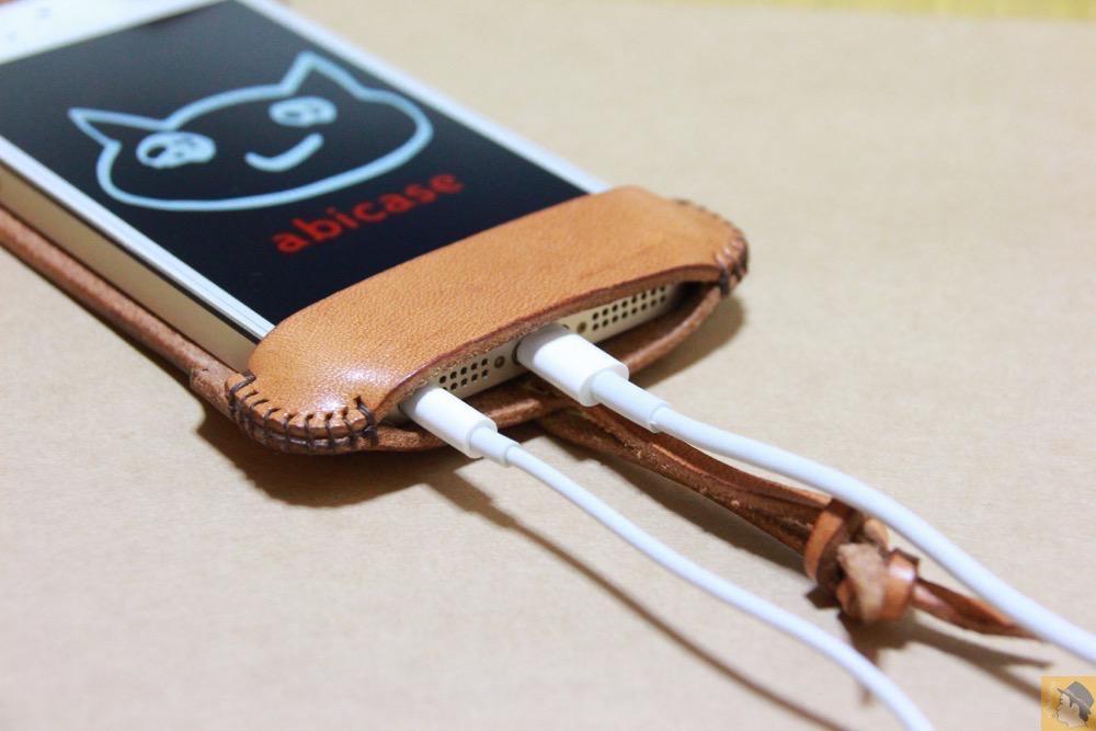 充電ケーブル・イヤフォン - フラップ部分が改善されたabicase(アビケース)で装着しやすくなる / iPhone 5/5s [レビュー 9/40]