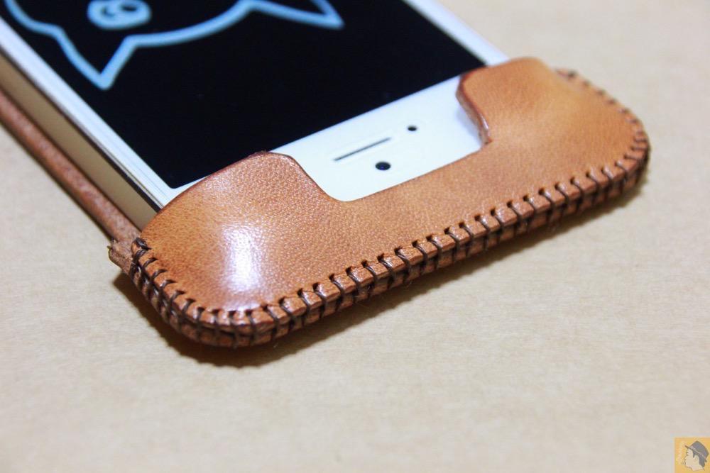電源ボタン・ロックボタン - フラップ部分が改善されたabicase(アビケース)でiPhoneに装着しやすくなる / iPhone 5/5s [レビュー 9/40]