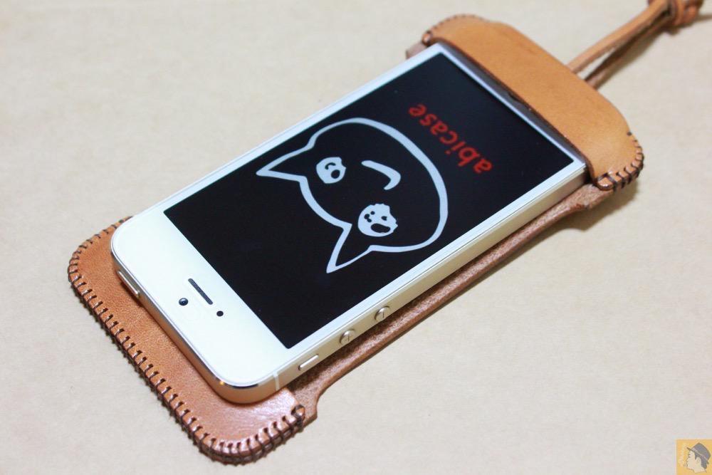 abicaseの装着方法1 - フラップ部分が改善されたabicase(アビケース)でiPhoneに装着しやすくなる / iPhone 5/5s [レビュー 9/40]