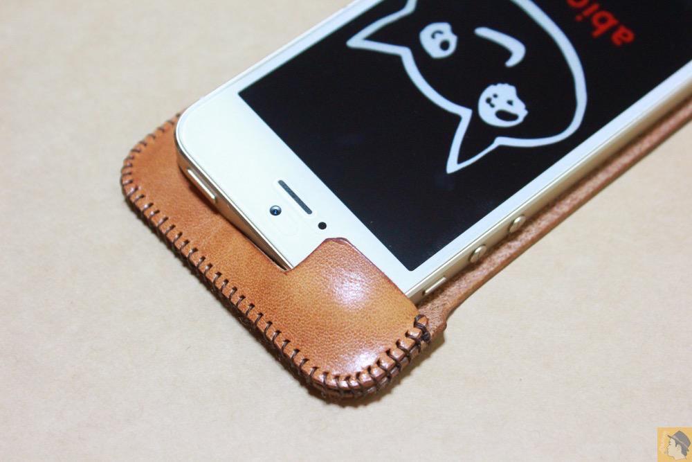 abicaseの装着方法3 - フラップ部分が改善されたabicase(アビケース)でiPhoneに装着しやすくなる / iPhone 5/5s [レビュー 9/40]